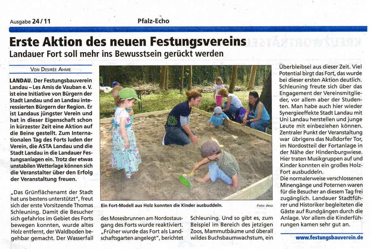 Kleine Archäologen beim Ausgraben des Festungsmodells
